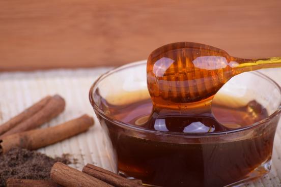 honey dabber and cinnamon sticks